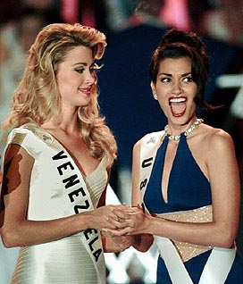 Venezuela's Marena Bencomo, 1st Runner Up to Miss Universe 1997 looks as USA's Brook Lee reacts to being named Miss Univers 1997 in Miami