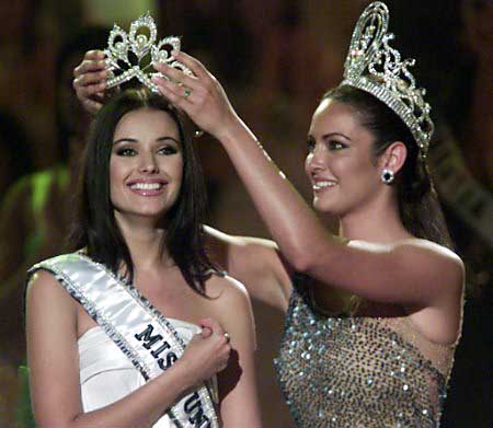 Miss Universe 2001, Denise Quinones of Puerto Rico wearing the previous Miss Universe crown crowns the original Miss Universe 2002, Oxana Fedorova of Russia with the Mikimoto crown