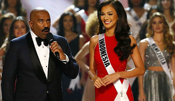 Steve Harvey interviews Indonesia's Kezia Warouw