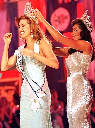 Alicia Machado is crowned Miss Universe 1996 by predecessor, Chelsi Smith